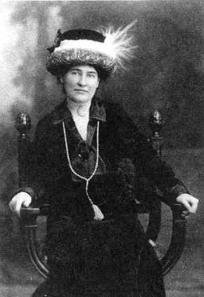 Willa_Cather_ca__1912_wearing_necklace_from_Sarah_Orne_Jewett
