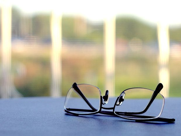 1280px-Reading_glasses
