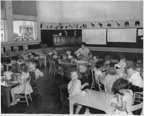 741px-Photograph,_California_^_8,_May_22_1940,_Alameda._Free_Nursery_Schools._Children_at_Lunch_-_NARA_-_296091