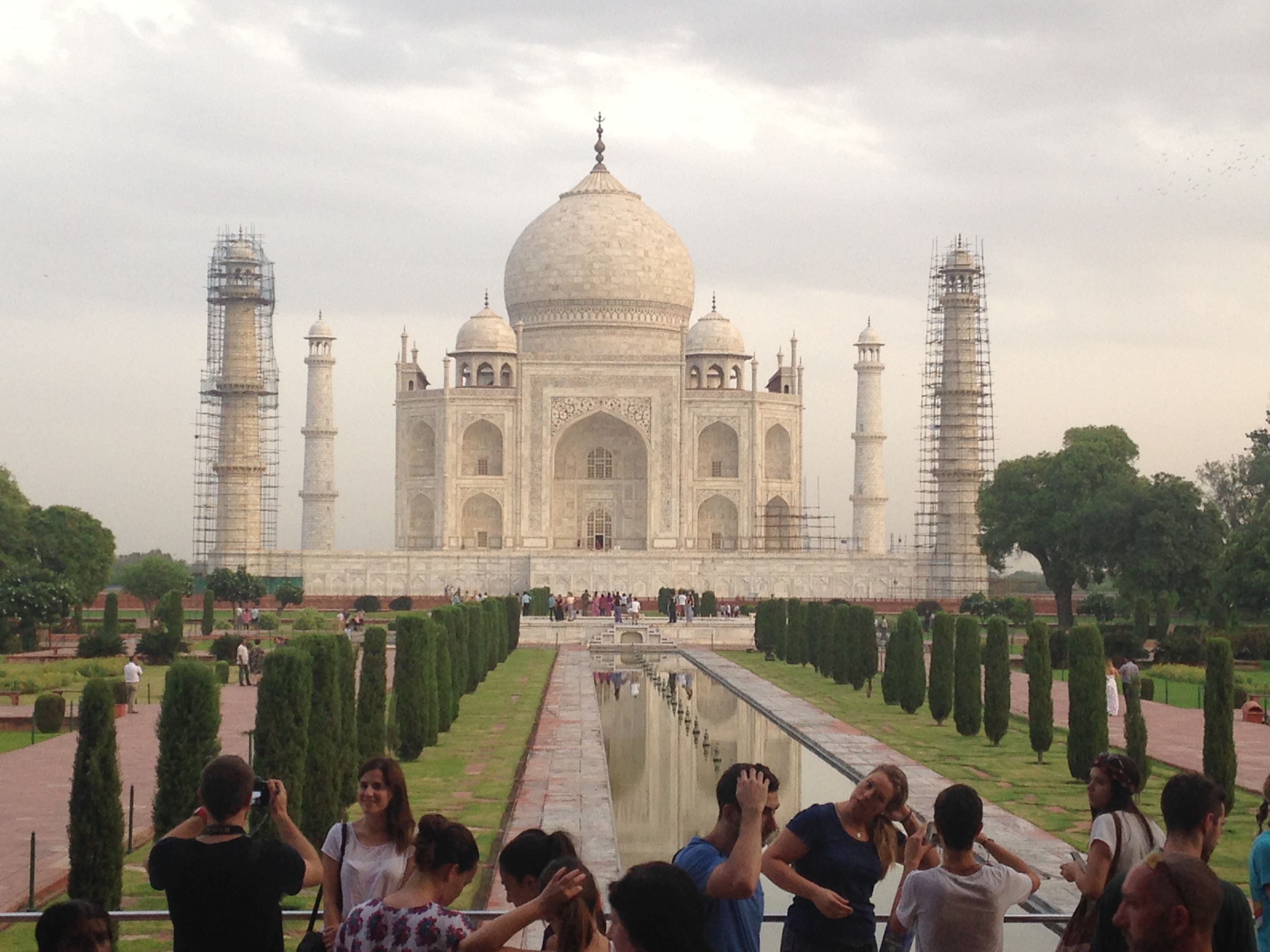 descriptive essay on tajmahal The taj mahal was built by the mughal emperor shahjahan, in the living memory of his queen, mumtaz mahal it stands on the right bank of the river yamuna at agra it is built of pure white marble and looks magnificent on a full moon night.